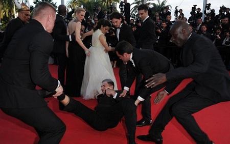 Sao Hollywood hoảng sợ khi bị người lạ chui vào… chân váy