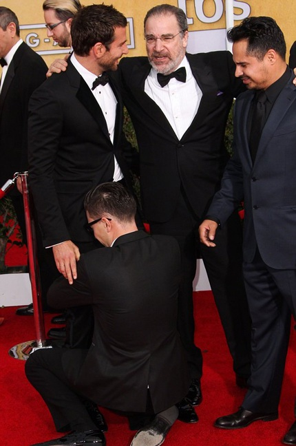 Bradley Cooper (trái) cũng khốn khổ vì bị Sediuk làm phiền trên thảm đỏ
