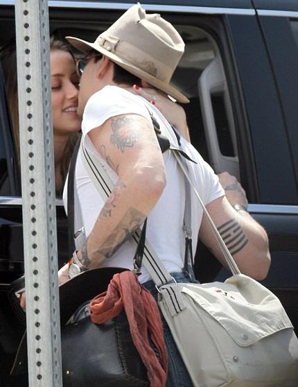 Johnny Depp và Amber Heard hôn nhau qua cửa sổ ô tô