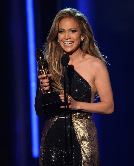 Jennifer Lopez hạnh phúc với giải thưởng trên tay