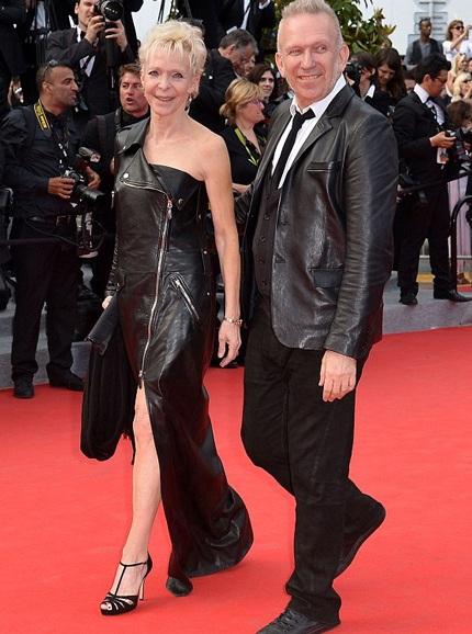 Jean-Paul Gaultier (phải) tới ủng hộ Siant Laurent cùng đạo diễn người Mỹ gốc Pháp Tonie Marshall