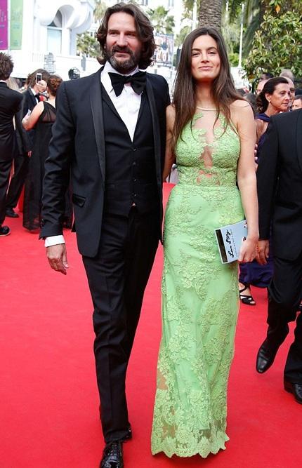 Biên kịch người Pháp Frederic Beigbeder (trái) tới dự cùng người bạn đời Lara
