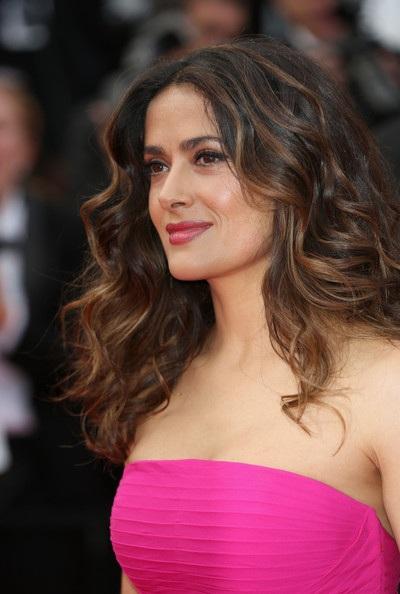 Kiểu tóc uốn xoăn nhẹ nhàng và tự nhiên giúp Salma thêm dịu dàng