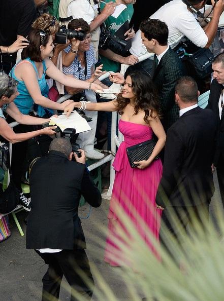 Ngôi sao nổi tiếng bận rộn ký tặng và hôn gió các fan