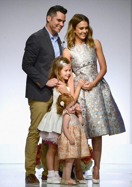Jessica hạnh phúc bên chồng và hai con gái.