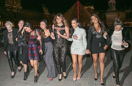 Kim bên những người chị em thân thiết của mình chụp ảnh kỷ niệm tại Pháp