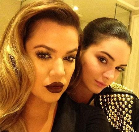 Khloe và Kendall chụp ảnh kỷ niệm ở bàn tiệc
