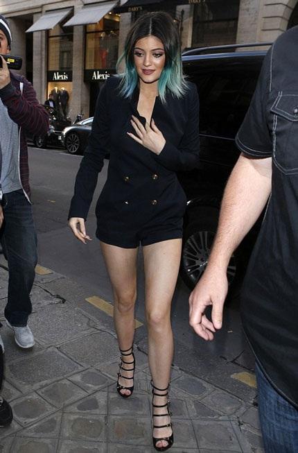 Em gái của Kim - Kylie khoe chân thon và mái tóc nhuộm ấn tượng.