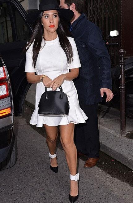 Kourtney chọn váy trắng trẻ trung