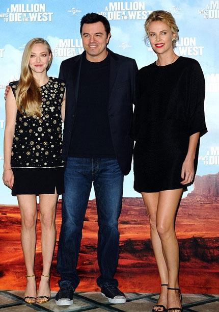 Charlie Theron (phải) tham dự buổi ra mắt bộ phim
