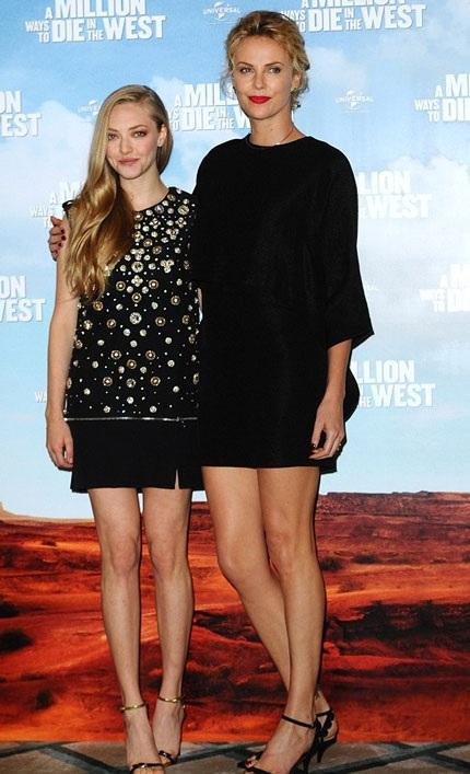 Charlie Theron thân mật với đàn em Amanda Seyfried