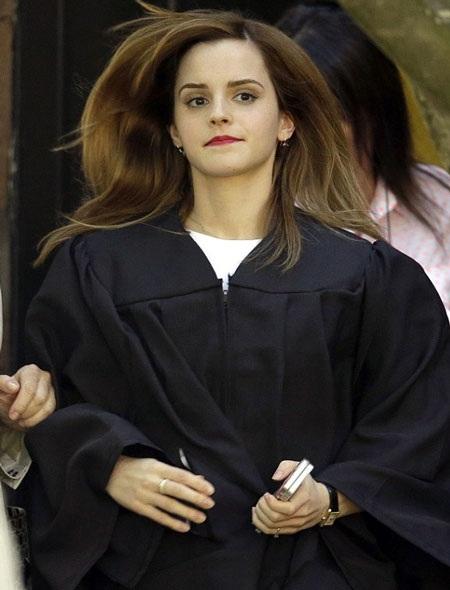 Emma Watson luôn giữ hình ảnh giản dị khi tới trường đại học