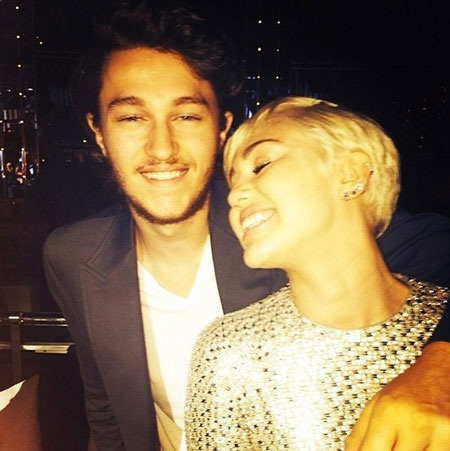 Miley chụp ảnh kỷ niệm cùng anh trai trong hậu trường