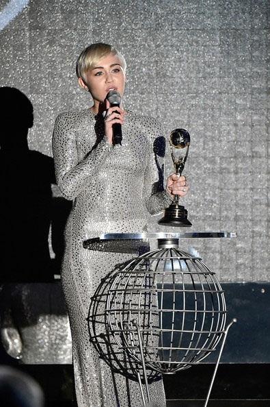 Ngôi sao trẻ thay chiếc váy thứ hai trong lễ trao giải, cô diện váy của Kaufman Franco