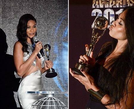 Anggun (phải) khoe giải thưởng còn Chanel Iman là người công bố giải.