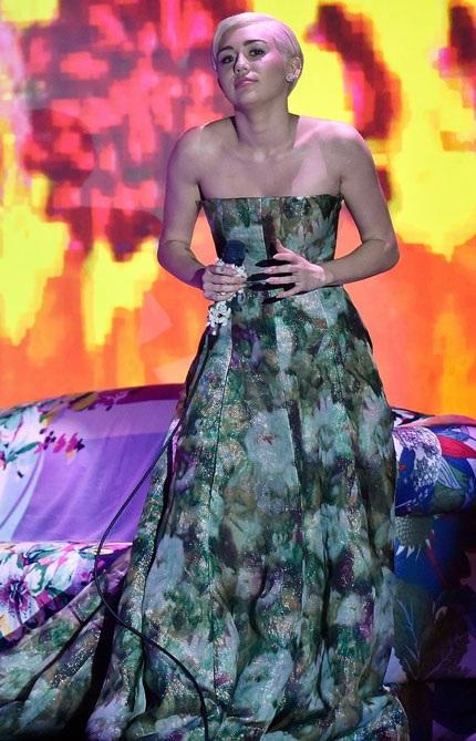 Miley Cyrus kín đáo lạ kỳ tại lễ trao giải World Music
