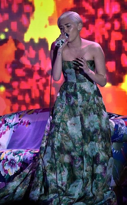 Miley diện váy của Giambattista Valli và đi giày của Versace