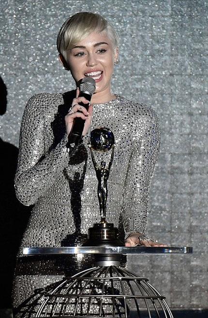 Với phong cách thời trang nền nã, lịch sự này, Miley Cyrus thực sự rất đáng yêu!
