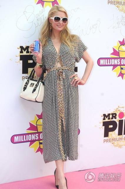 Paris Hilton chọn một bộ cánh thanh lịch khi tới Trung Quốc.