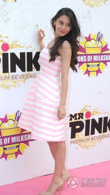 Angela Baby thích màu hồng nên cô luôn chọn trang phục màu này khi tham dự sự kiện.