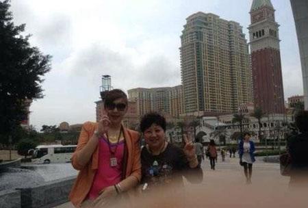 Liu Xin (trái) và mẹ ruột