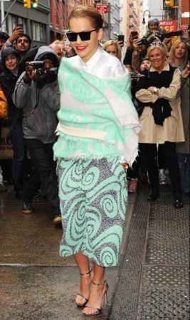Siêu mẫu 9X Cara Delevingne trông thật cá tính và năng động với quần jeans rách và áo khoác da.