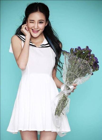 Lưu Vũ Hân hóa thân thành một cô nữ sinh ngây thơ, trong sáng trong loạt ảnh mới.