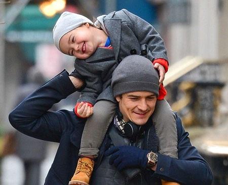 Bé Flynn được nhiều người nhận xét là bản sao nhí của bố - ngôi sao nổi tiếng Orlando Bloom.