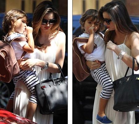 Bé Flynn được mẹ, siêu mẫu Miranda Kerr dẫn đi chơi và mua sắm tại New York, ngày 6/7.