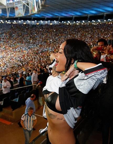 David hôn con trai Cruz khi trận chung kết giữa Đức và Argentina kết thúc