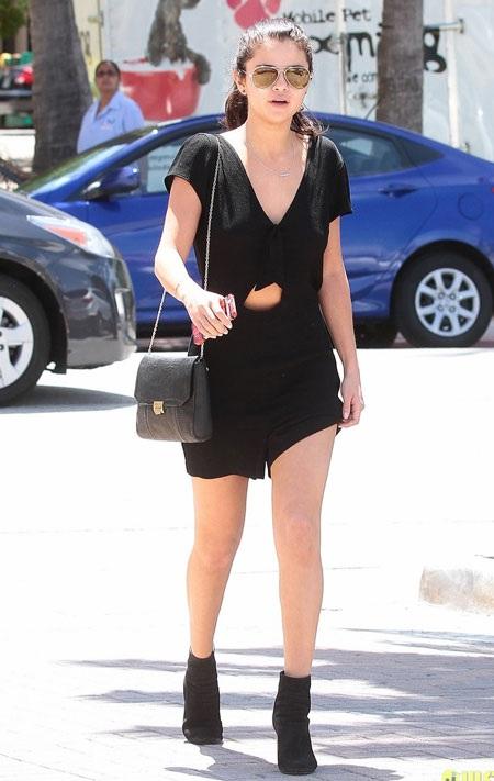 Selena trông rất thân thiết với đạo diễn Harmony