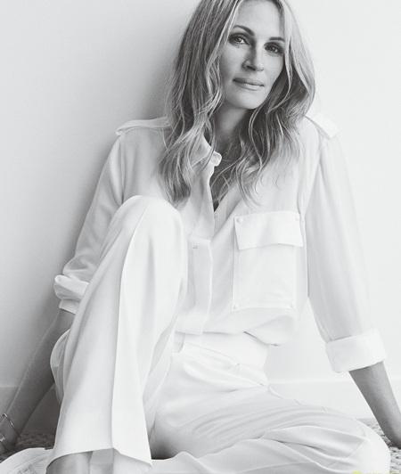 Cận kề tuổi 50, Julia vẫn đẹp vẹn nguyên như ngày nào.
