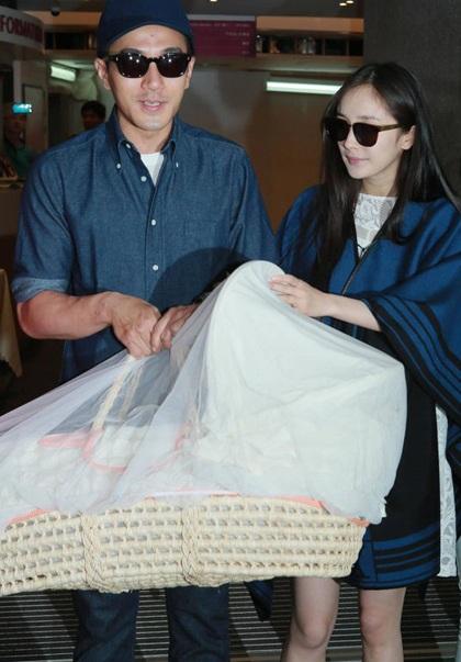 Dương Mịch và chồng đưa con gái rời khỏi bệnh viện hồi tháng 6/2014.