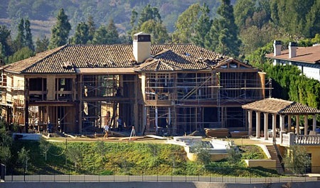 Ngôi biệt thự vẫnchưa thể hoàntất vào tháng 7 tới.