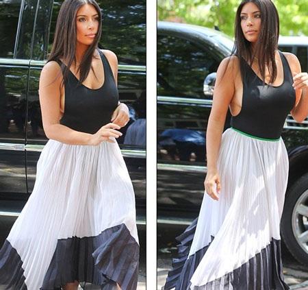 Kim Kardashian thả rông ngực dạo phố