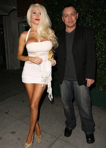 Courtney Stodden và chồng già - Doug Hutchinson tái hôn sau 9 tháng ly dị.