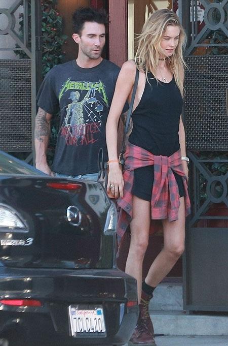 Adam Levine và vợ mới cưới đẹp đôi xuông phố