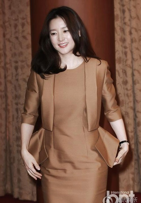 Lee Young Ae hiện sống tại một ngôi nhà ở ngoại ô cùng chồng và con trai, con gái.