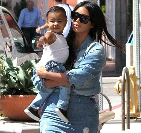 Bé North là con gái của Kim và rapper Kanye West.