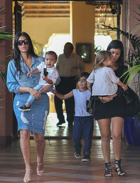 Chị gái của Kim - Kourtney (phải) đang mang bầu đứa con thứ ba.