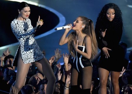 Nhảy quá sung, nữ ca sĩ Mỹ rách cả váy trên sân khấu