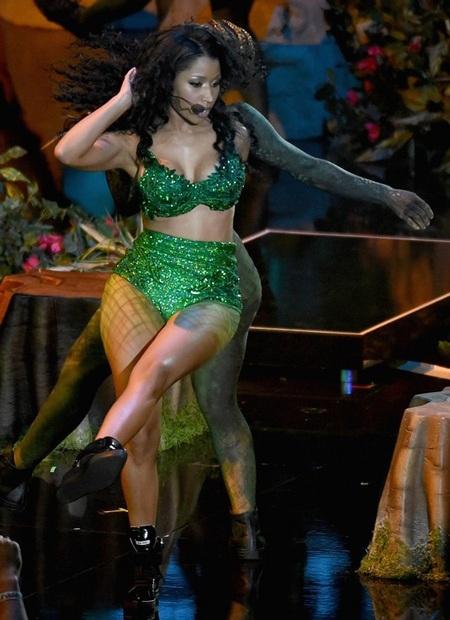 Những động tác vũ đạo gợi cảm của Nicki khiến khán giả phấn khích
