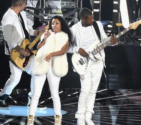 Nicki còn biểu diễn với Usher ca khúc She Came to Give It To You