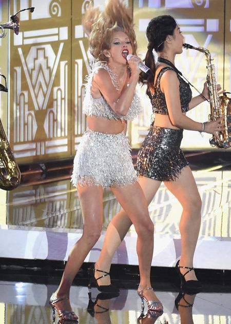 """Taylor Swift trình diễn ca khúc """"Shake It Off"""" trên sân khấu"""