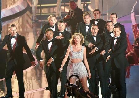 Phần trình diễn của Taylor Swift được các fan ủng hộ nhiệt tình.