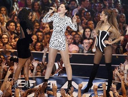 Nicki dường như đứng hình trên sân khấu trong khi tay cô vẫn giữ chặt thân váy