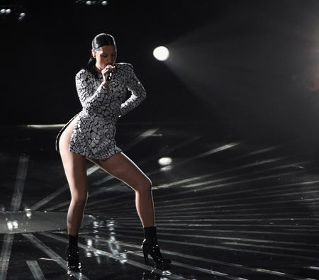 Jessie J gây sốc với váy không nội y khi thể hiện vũ đạo trên sân khấu.