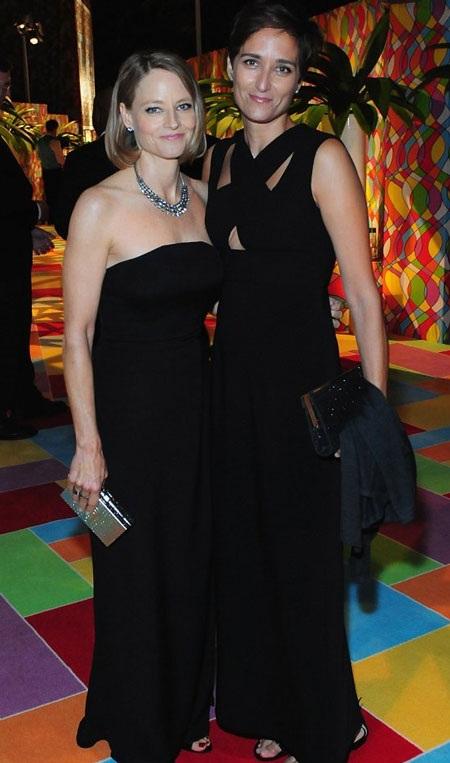 Nữ diễn viên Jodie Foster hạnh phúc nắm tay vợ mới cưới