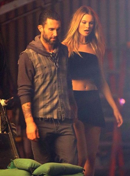 Adam Levine và vợ mới cưới sẽ có những cảnh diễn ngọt ngào và gợi cảm trong video clip