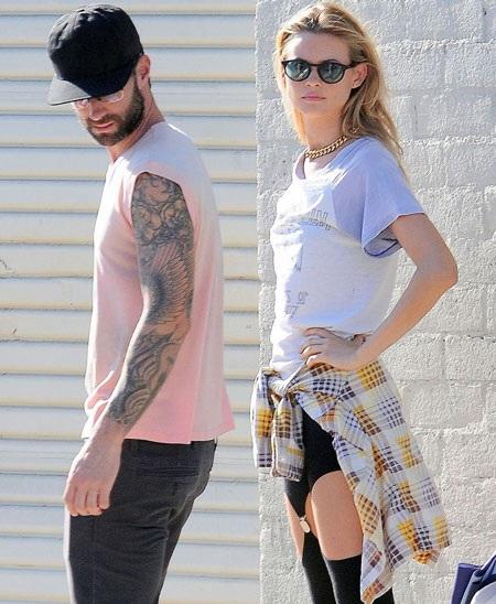 Hình ảnh của Adam và vợ - siêu mẫu Behati tại phim trường quay clip
